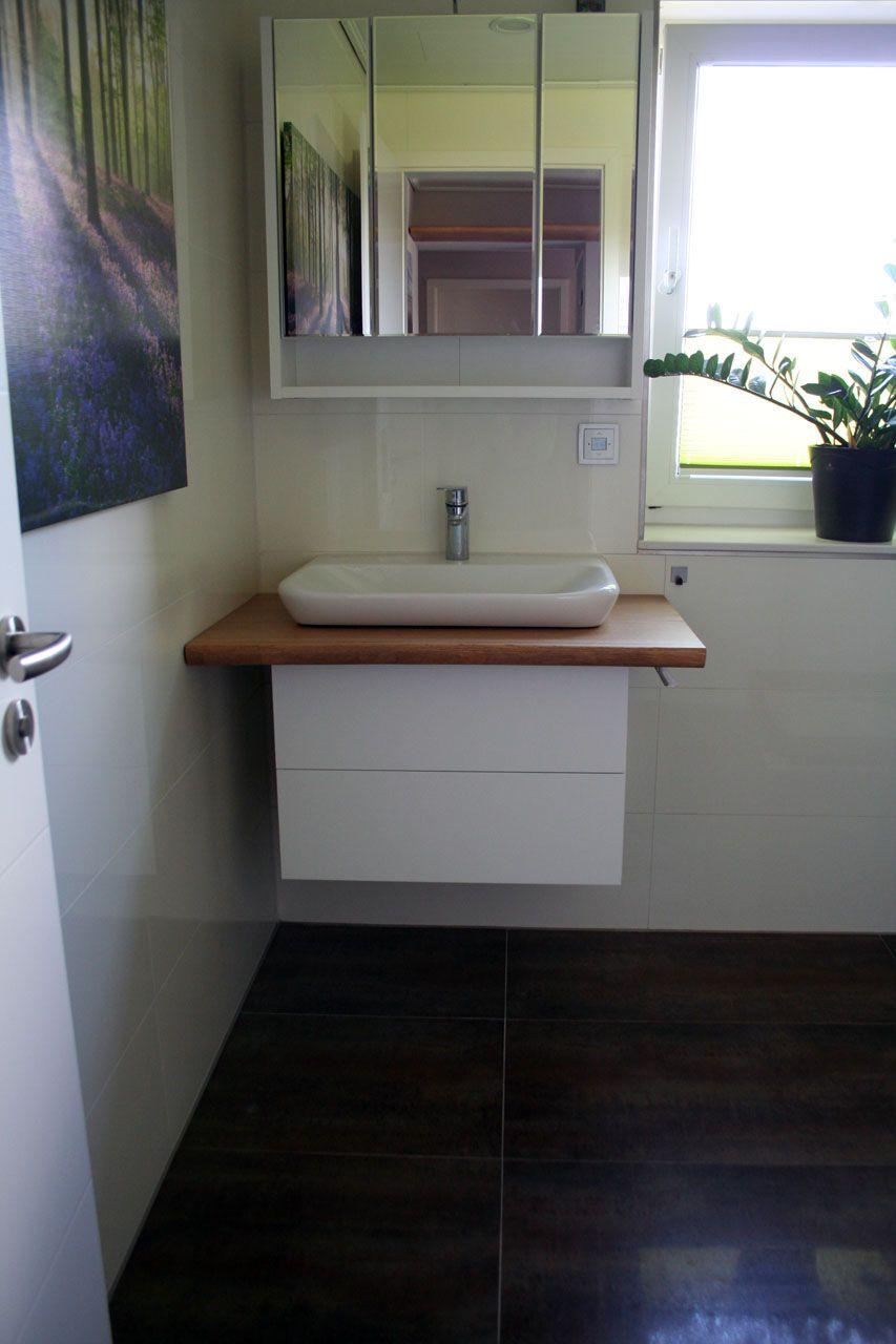 Ein neuer Waschtisch mit einer Massivholzbohle aus Eiche und ...