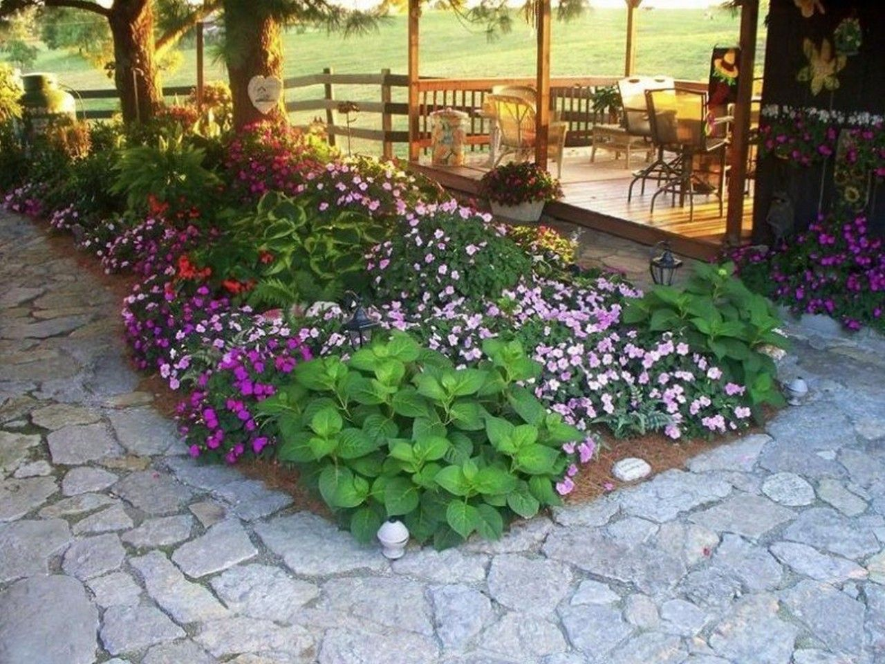 Shade tree flower beds small backyard garden ideas for Backyard flower garden designs