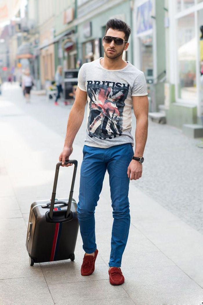 1bbebe0aee As camisetas mais básicas com estampas grandes são ótimas combinações para  a calça colorida.