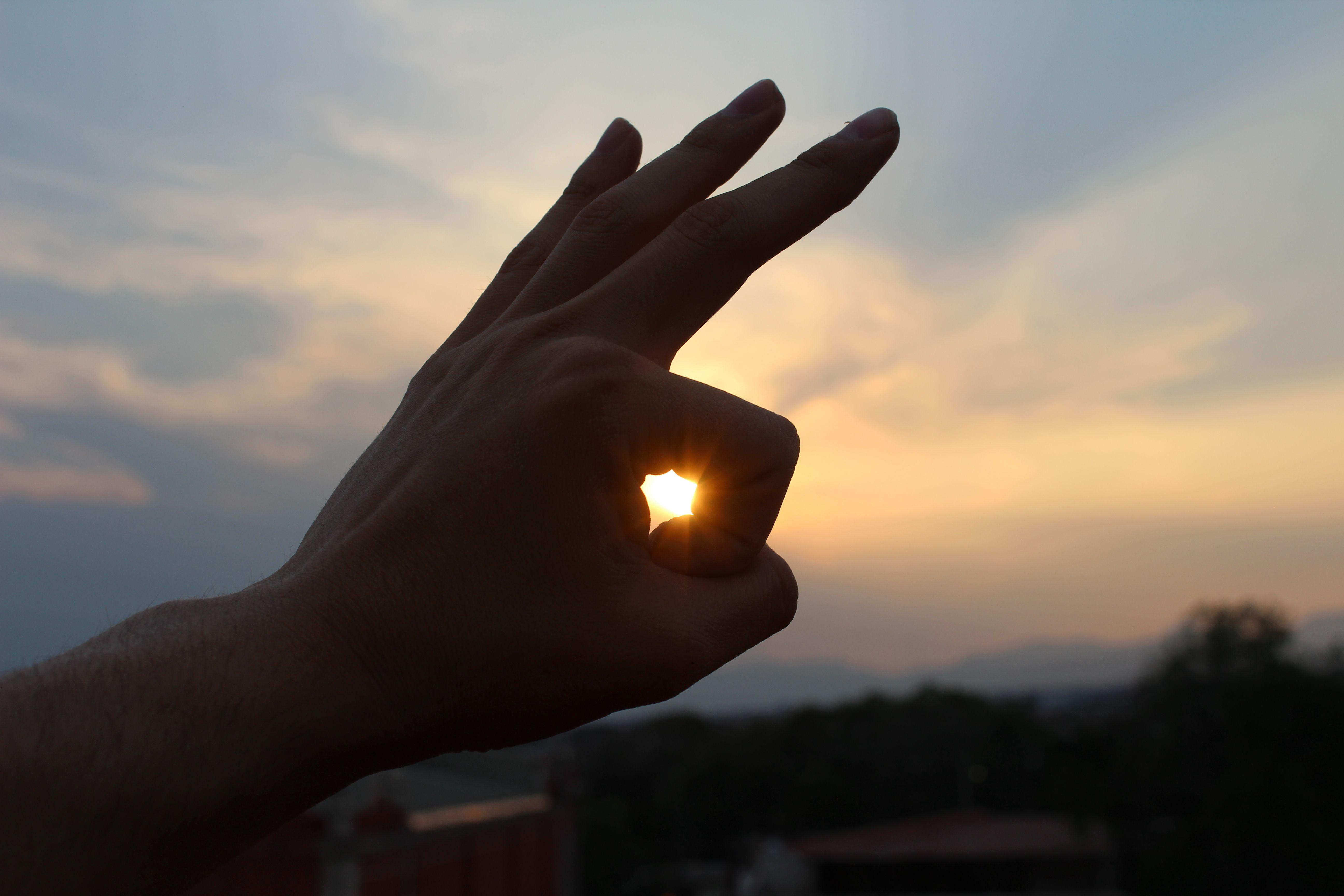Haz de algo tan inmenso como el sol, algo tan sencillo como disfrutar las pequeñas cosas que la vida te pone en la frente.