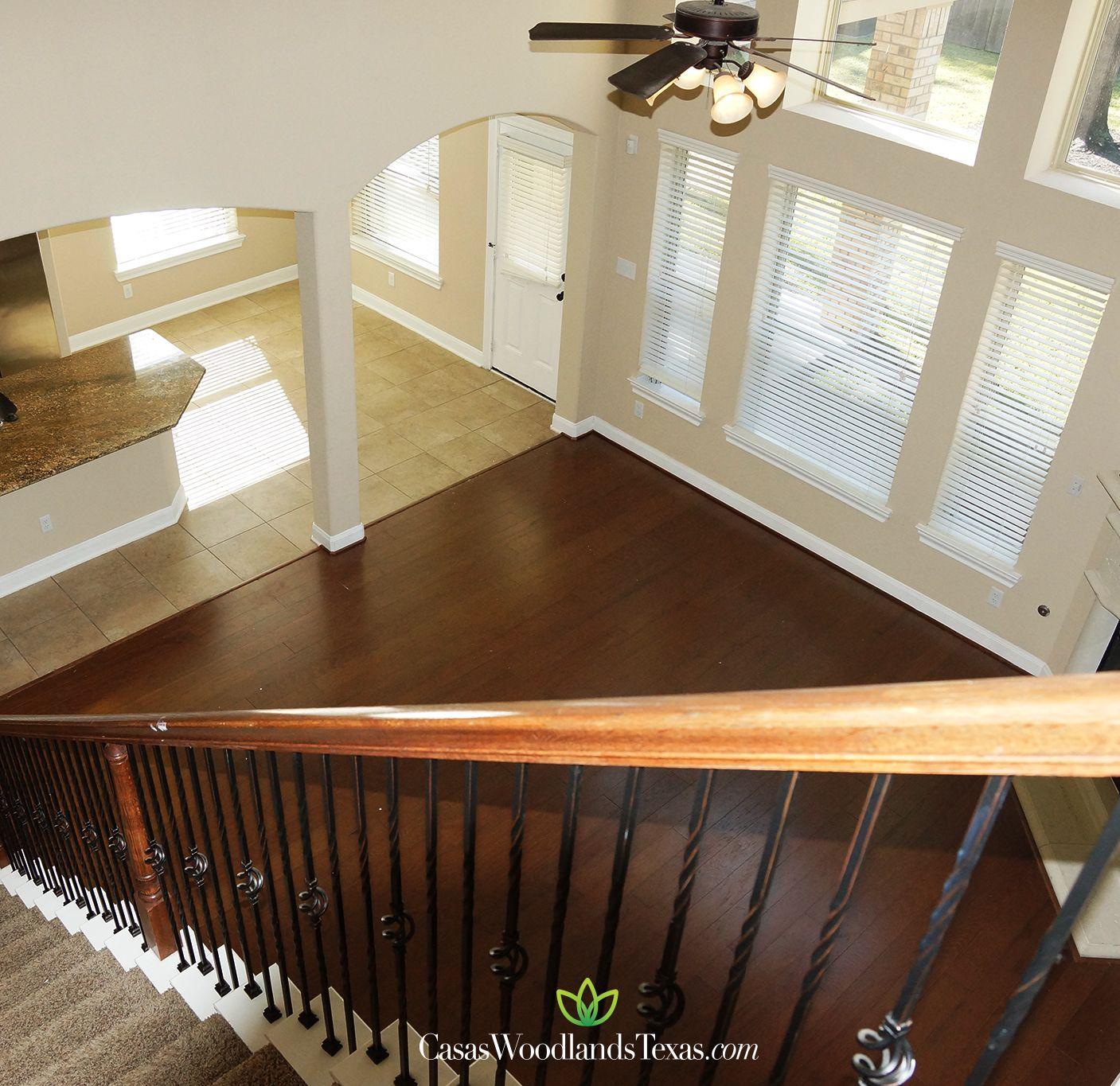 Escalera con barandal de hierro forjado y madera hogar for Decoracion de escaleras interiores