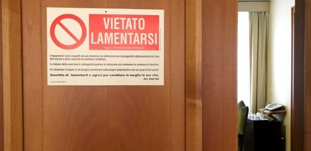Papa fixa placa de 'proibido se lamentar' em sua porta