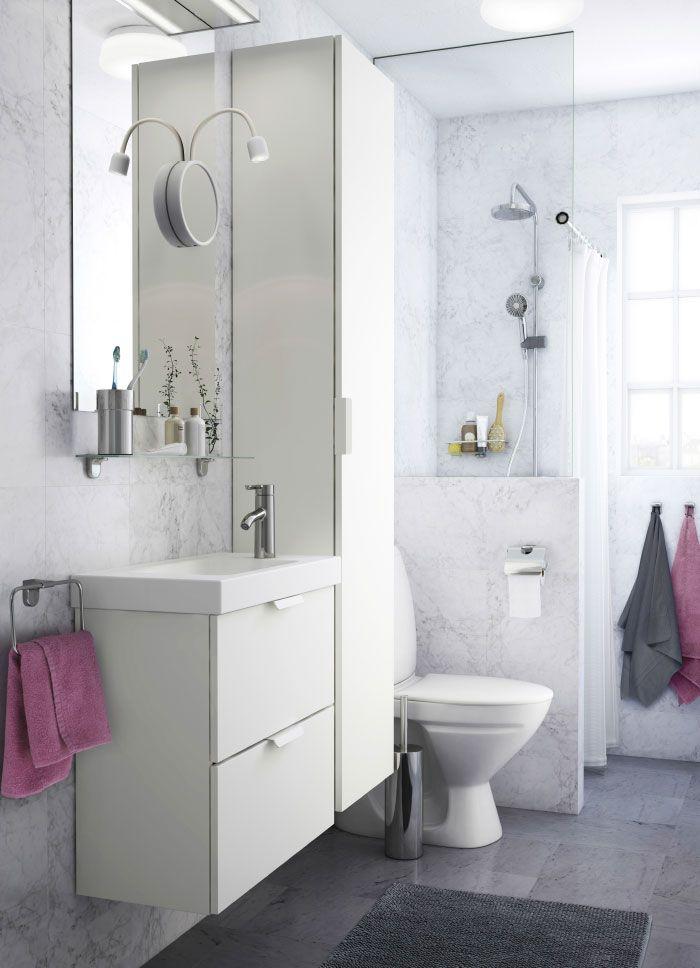 ein weißes kleines badezimmer mit einem hochschrank, einem spiegel, Hause ideen