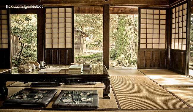 Tatami en el piso, almohadones cuadrados