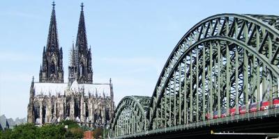 Einmal in seinem Leben sollte man Köln zur Karnevalszeit erlebt haben, ein Kölsch genießen und vor dem beliebten Kölner Dom gestanden haben. Ein aufregendes Nachtleben und weltberühmte Museen bietet die Medienstadt Deutschlands. Ein Kurztripp nach Köln muss nicht teuer sein.  http://www.gutscheinliebe.de/blog/die-beliebtesten-reiseziele-in-deutschland/