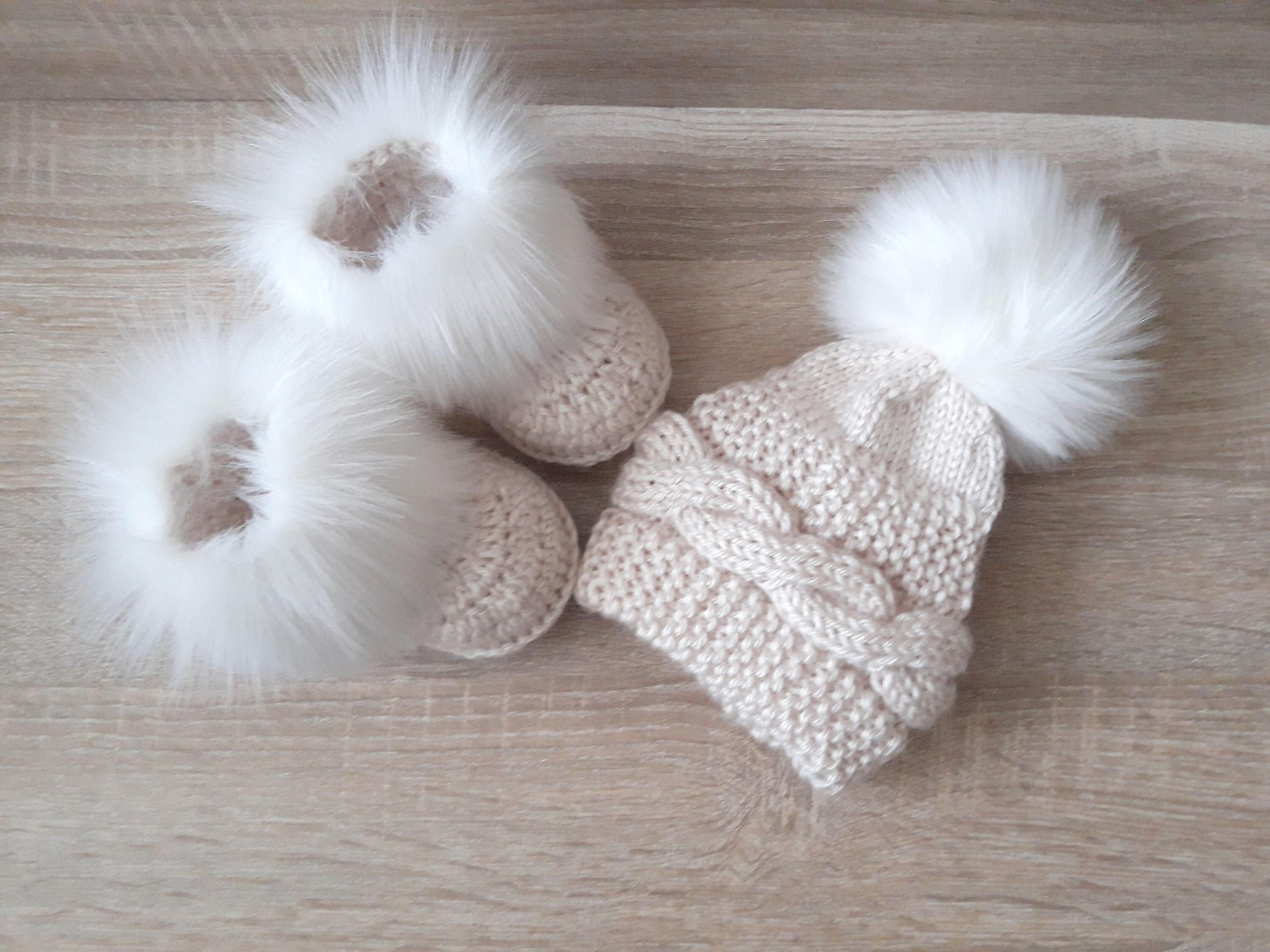 Beige baby hat and booties with white fur Baby winter clothes