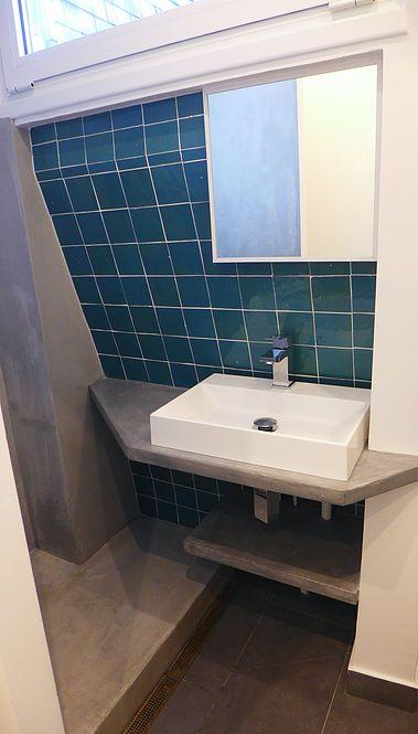 Petite salle de bain, plan vasque en béton ciré Mercadier, douche en ...