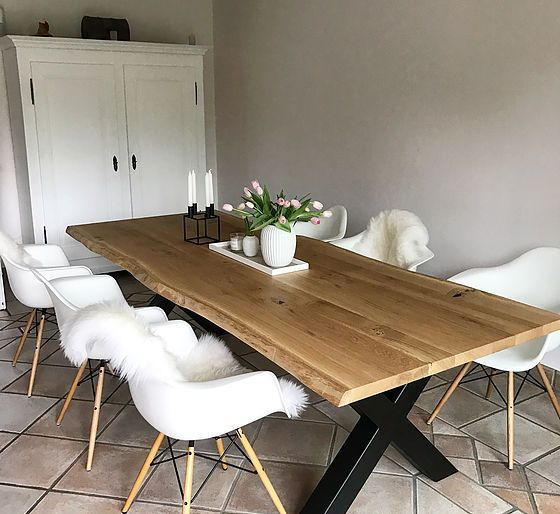eichentisch esstisch aus massivholz mit naturkante tischgestell aus metall interieur. Black Bedroom Furniture Sets. Home Design Ideas