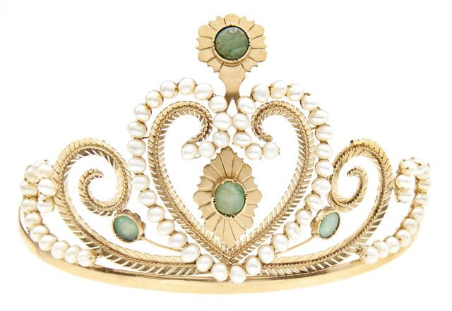 A cultured pearl and emerald tiara (illustrated above)