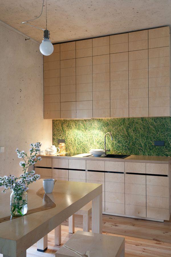 Strakke witte keuken met industrieel/vintage look meubilair (house ...