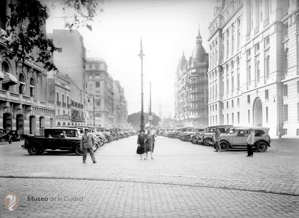 La fotografía está tomada desde la intersección de la actual Avenida Alem con Sarmiento, hacia Corrientes - c 1928