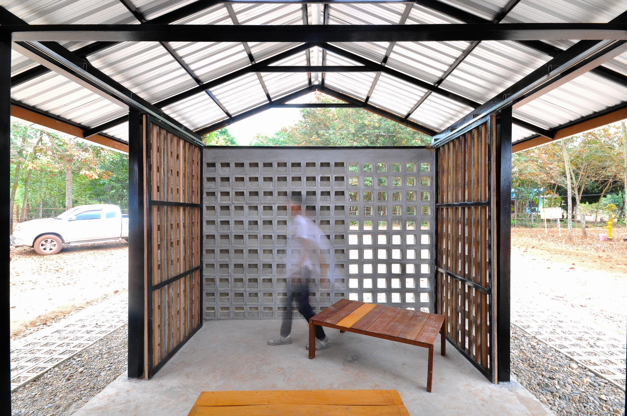 Construido en 2016 en Seka District, Tailandia. Imagenes por Grant Rathie. En la escuela de arquitectura, si el estudiante sólo aprende las teorías sin la práctica, no puede saber sobre eldiseño. Un campamento de...