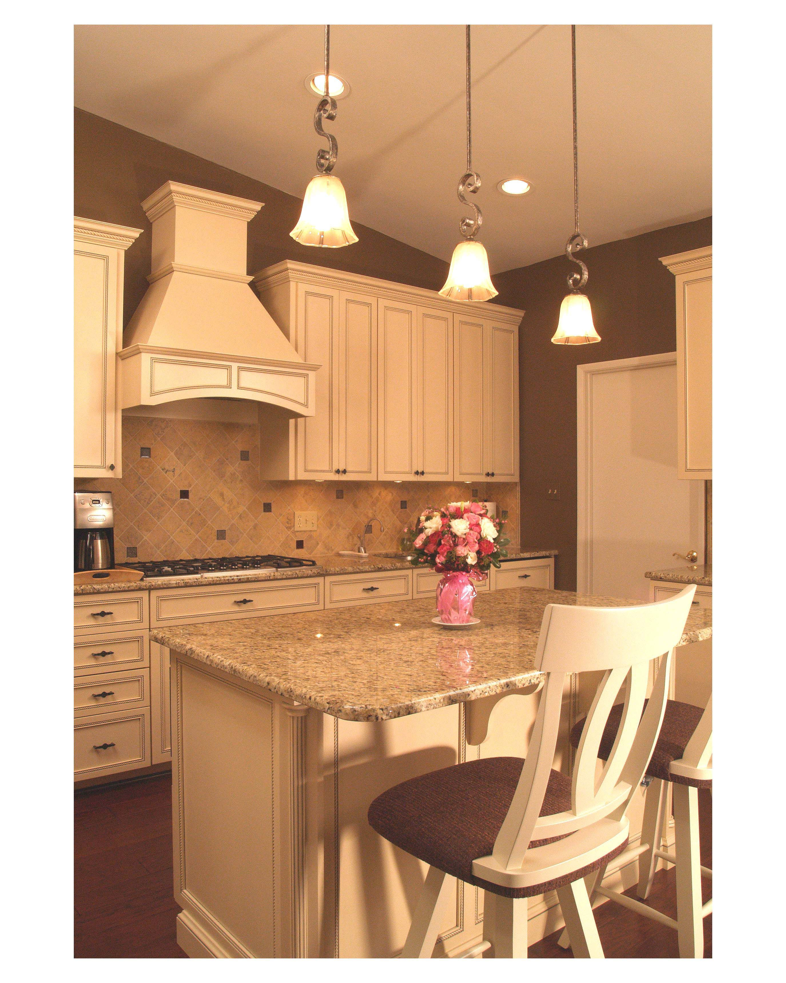 Traditional Off White Kitchen Cabinets: Traditional Style White Maple Custom Kitchen With Medium