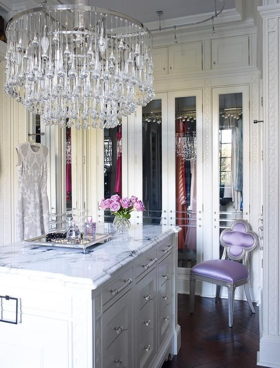 Attirant Glamorous White Walk In Close Boats A Large Tiered Crystal Chandelier Hung  From A Lilac Ceilng Over A Marble Top White Island Fitted With Glass And  Nickel ...