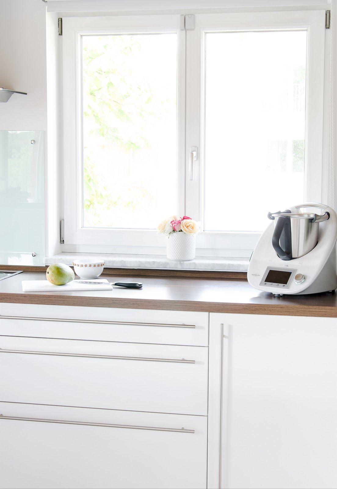 Eine aufgeräumte Küche mit dem neuen Küchengerät Thermomix.