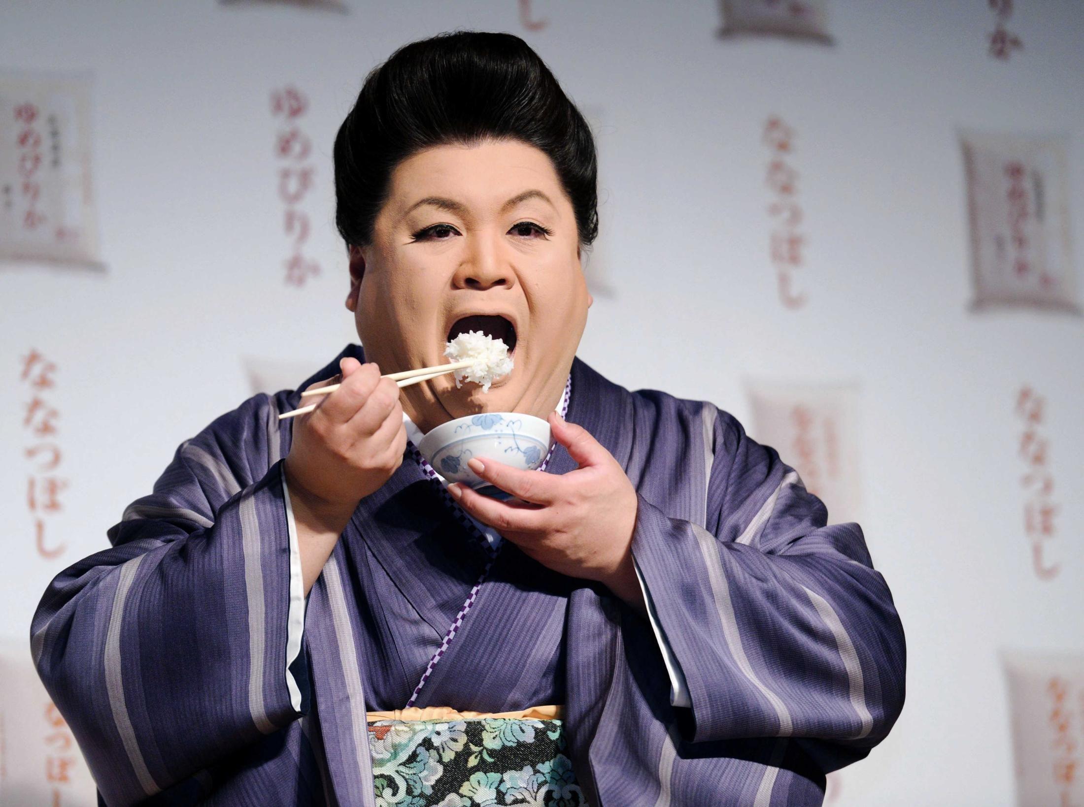 着物姿でお米を食すマツコデラックスの画像
