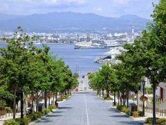 北海道函館市の八幡坂は函館湾を一望できるロケーションが魅力のビュースポットです 並木との組み合わせが素晴らしく映画やテレビの撮影に数多く登場しました 北海道に来たらぜひ立ち寄ってみてくださいね tags[北海道]