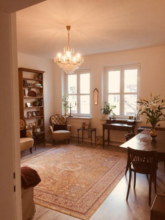 Schon Geräumiges Wohnzimmer Im Vintagestil Mit Schönem Teppich Und Kronleuchter. # Wohnzimmer #Einrichtung #Vintage