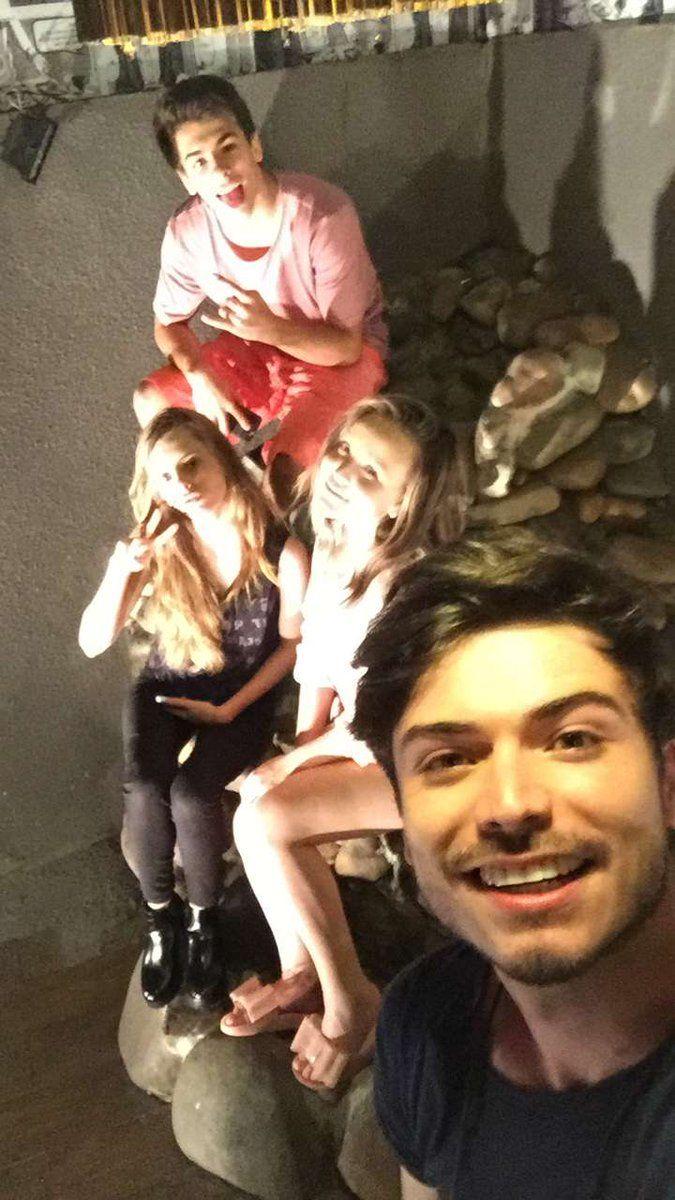 ff53d915c2965 Larissa Manoela possando para foto com seus amigos Marcelo Gabi e Pedro.  Lindosss .Via Snapchat