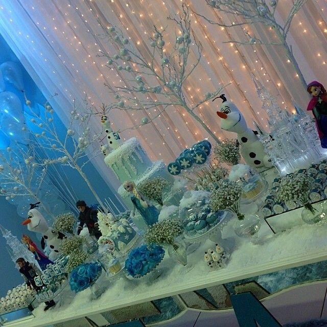 "[Source: Instagram] Frozen theme@queridadata's photo: ""Linda #festa #frozen by @Viva Decor ⛄️⛄️⛄️ #festafrozen #festatop #festalinda #festainfantil #party #partykids #partydecor #partyideias #decoração #decor #decoraçãoinfantil #ideias #inspiração #tendência #tema #queridadata"""