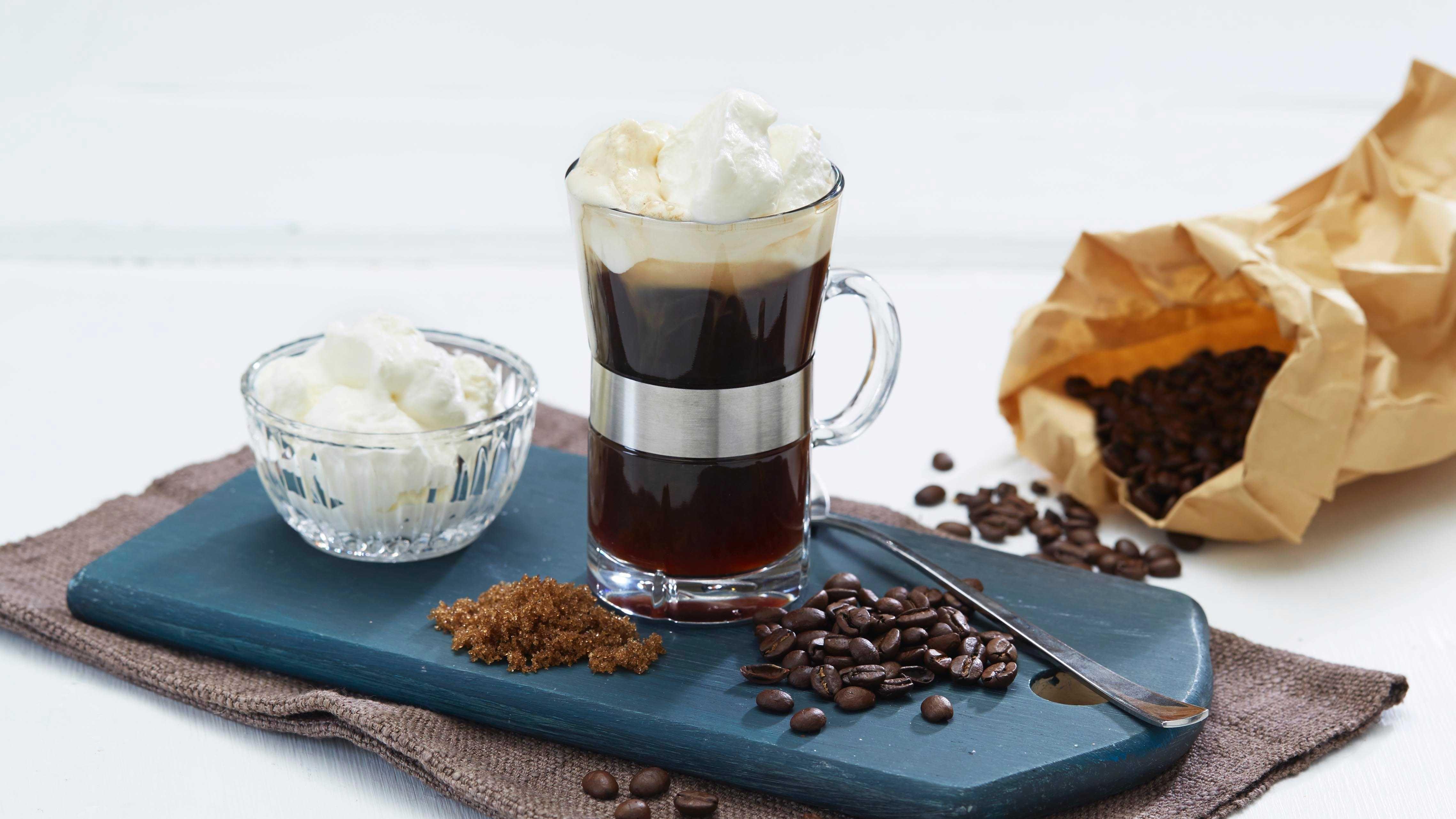 En av våre eldste kaffedrikker for de voksne. Med kaffe, brunt sukker,  litt whisky, og toppet med krem, blir dette den deiligste dessertdrikken.