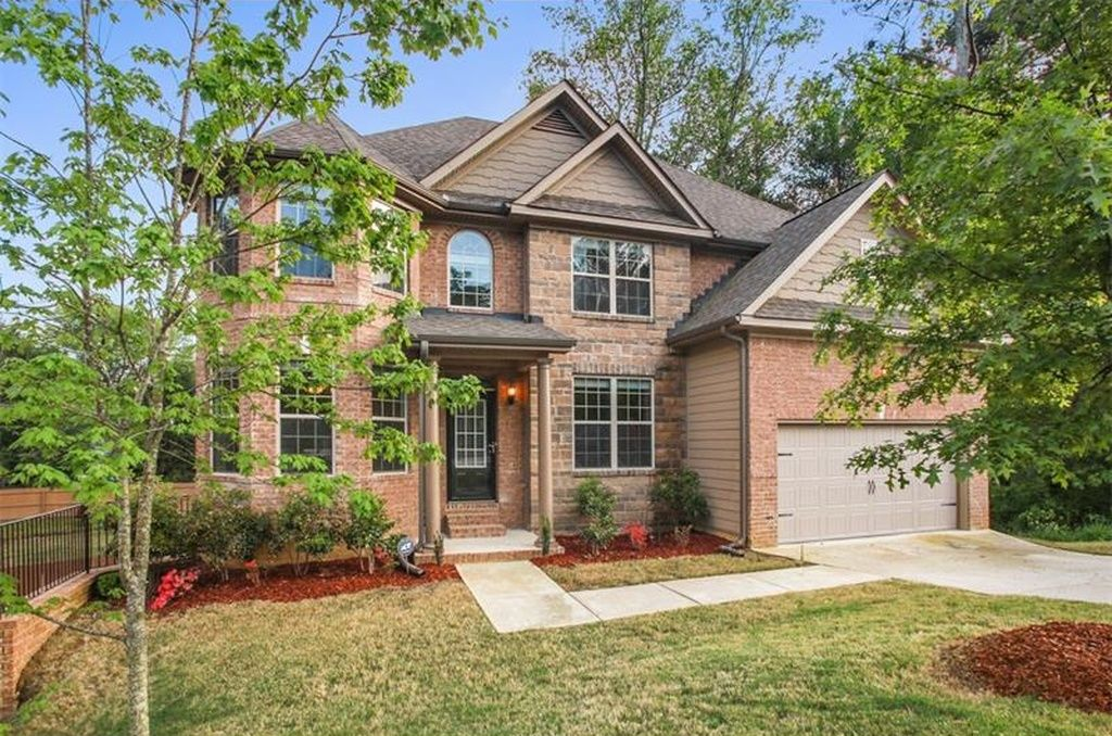 For sale 363000 beautiful executive home on full