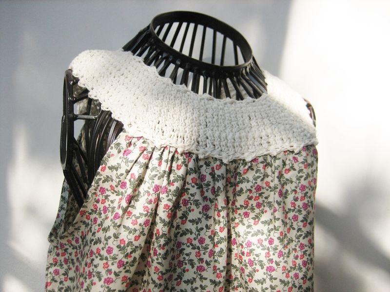 Robe dété à fleurs avec un plastron crocheté en coton écru  Une robe bien facile à vivre :  - identique devant et dos , lenfant ne peut pas se...