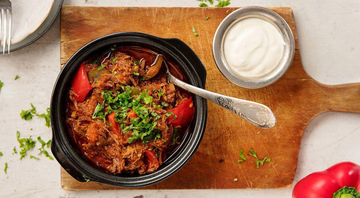 Perinteinen gulassi on usein pitkäkestoinen valmistaa. Voit kuitenkin nopeuttaa prosessia ostamalla valmista pulled beef -lihaa ja valmistus sujuu huomattavasti sutjakammin.