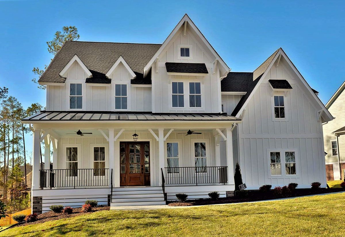 Ulueucliuethe front porch of this bed farmhouse plan just begs for