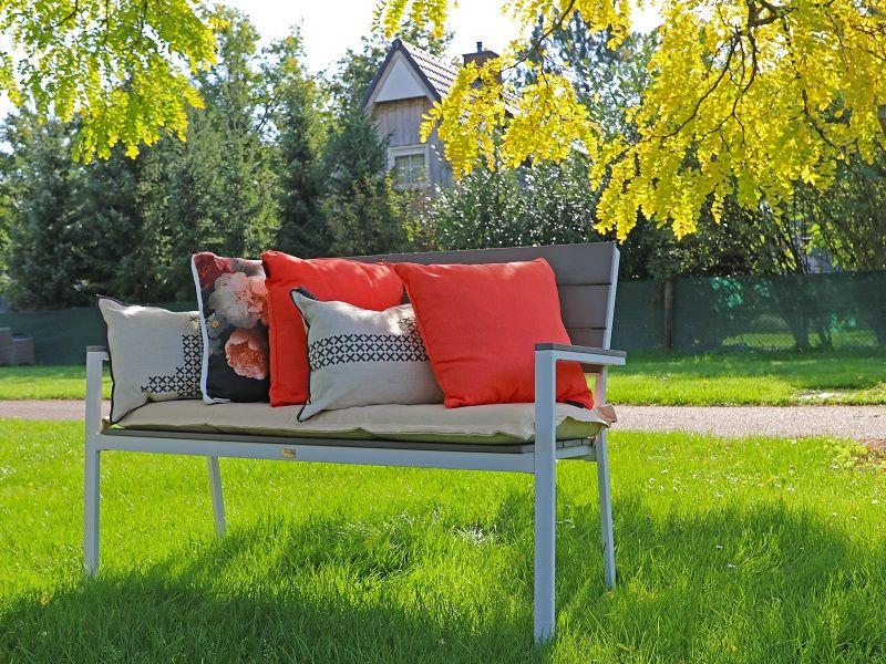 Gemutliche Sitzecke Im Garten Gartenbank Kombiniert Mit Bunten Dekokissen Aussenmobel Gartenmobel Gartenbank