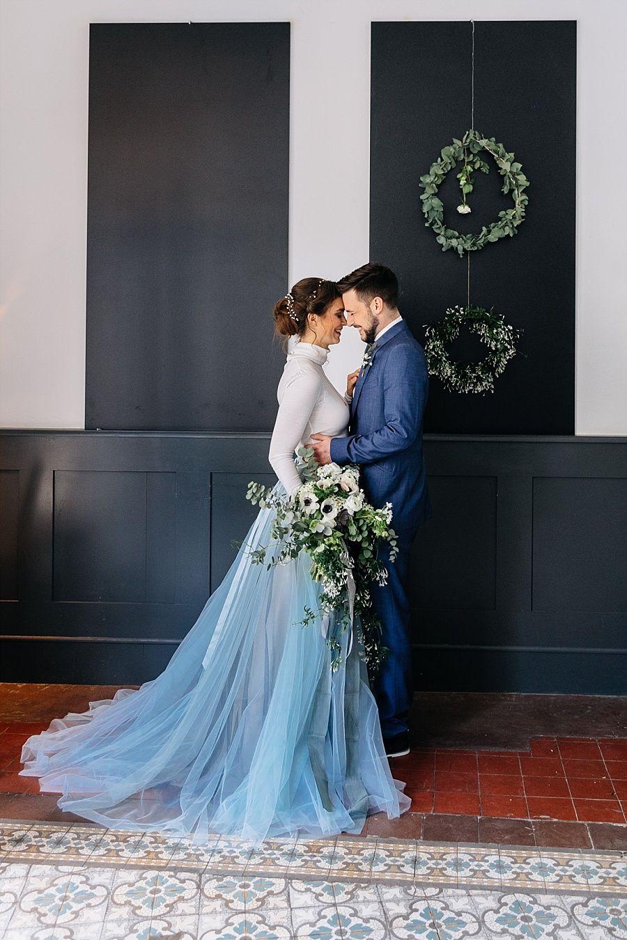 Dusty Blue Fine Art Hochzeitsideen  Hochzeitskleid bunt