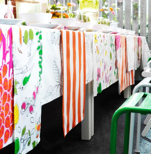 Diversi tipi di tessuti colorati che uniti formano una tovaglia originale.