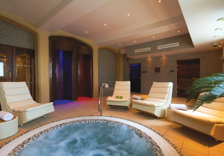 Enjoy the jacuzzi pool sauna steam room and tropical