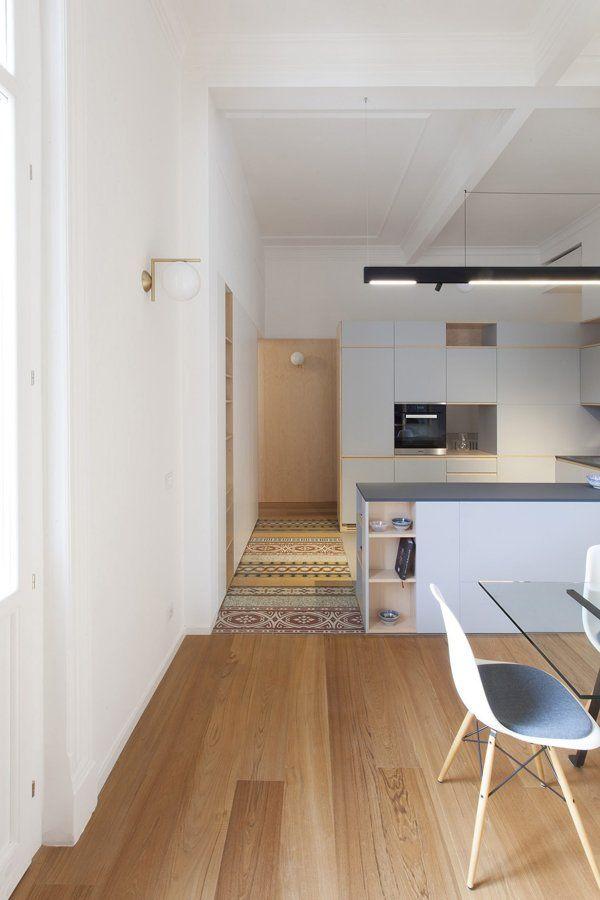 Edificio ristrutturato con parquet e vecchie cementine for Idee casa minimalista