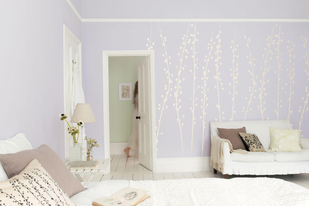 Weißen Blumenranken auf einer fliederfarbenden Wand sorgen für - schlafzimmer flieder