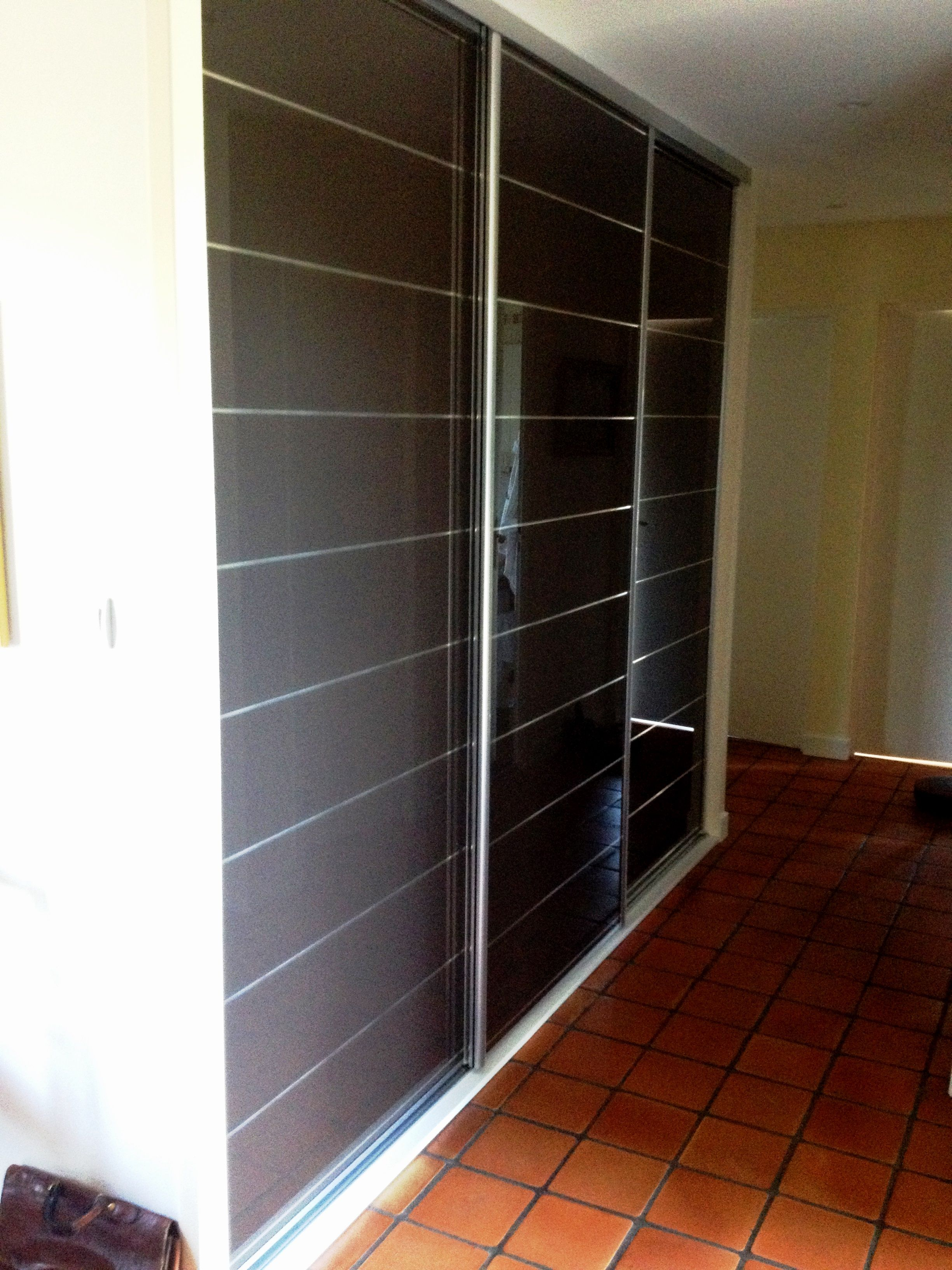 facade verre laqu 3 vantaux incis s chocolat argent placard fa ade coulissante cloison. Black Bedroom Furniture Sets. Home Design Ideas