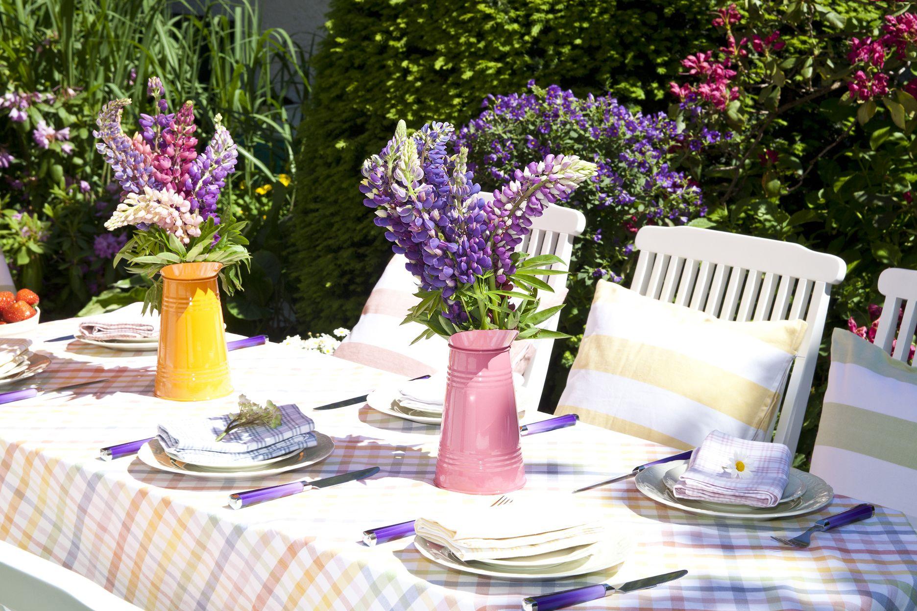 Даже в самом минималистичном декоре небольшой букет сезонных цветов всегда будет смотреться к месту, оживлять не только стол, но и все помещение. Ежедневный декор не требует огромных букетов – вполне достаточно трех-пяти тюльпанов или гиацинтов в минималистичной вазе.