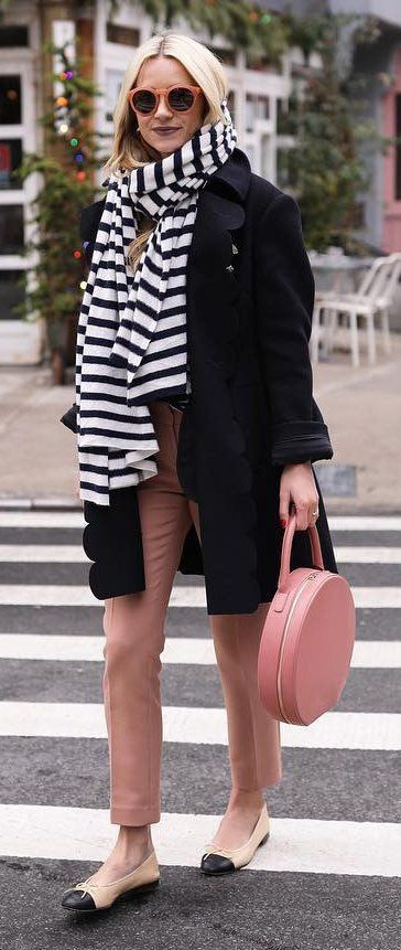 #winter #fashion / bufanda rayados / Black Coat / pantalones de color rosa / Pisos