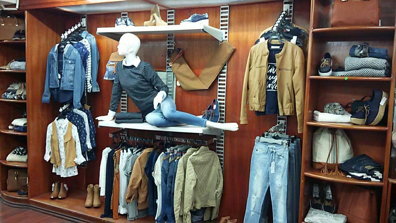 fa903a384fb0 Pared mujer | visual en 2019 | Exhibiciones de ropa, Tiendas de ropa ...