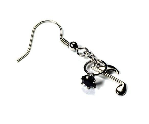 小さな指輪と銀色の音符を組み合わせたピアスです。リングは、小さなガーネット(石榴石、ざくろ石)色のグラスが石座に嵌め込まれていて、ミニチュアなのに本物そっくり...|ハンドメイド、手作り、手仕事品の通販・販売・購入ならCreema。