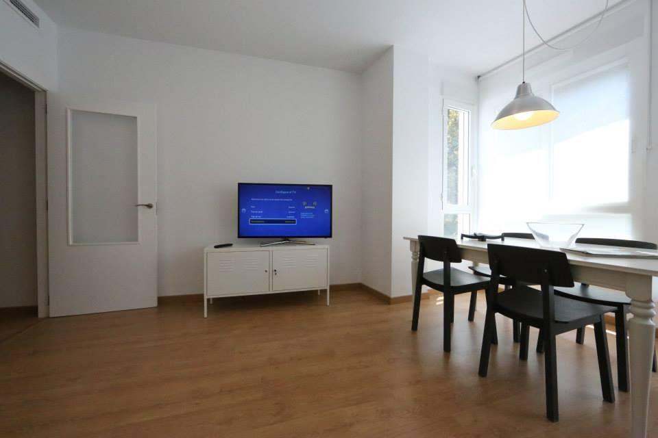 Salon con smartTV. www.wellrenting.com