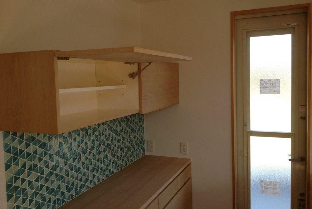 吊戸棚は 天井まであっても使い勝手が良くないから ということで 手元の使いやすい高さだけ収納にして その上は潔く開けてあります そのほうがこの場所も広く感じて気持ち良い オーダーキッチン キッチン 戸棚