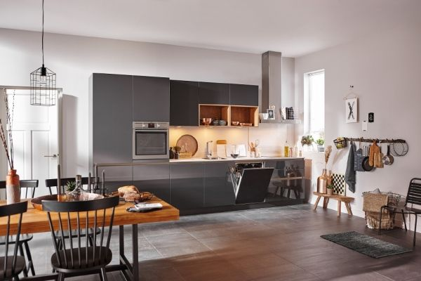 Creëer een unieke look in uw #keuken met deze lava zwarte variant van de Franchetti keuken. Zeer strak uiterlijk door zijn greeploze deuren en lades, het witte keramieke #werkblad dat de uitstraling heeft van wit #marmer, maken de keuken helemaal af. Door gebruik te maken van de open kastjes een echte eye-catcher. #Superkeukens