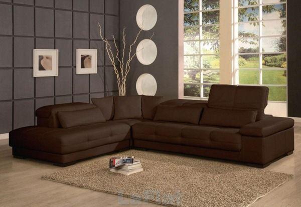 canapé brun foncé avec des murs gris   Salon avec canapé ...
