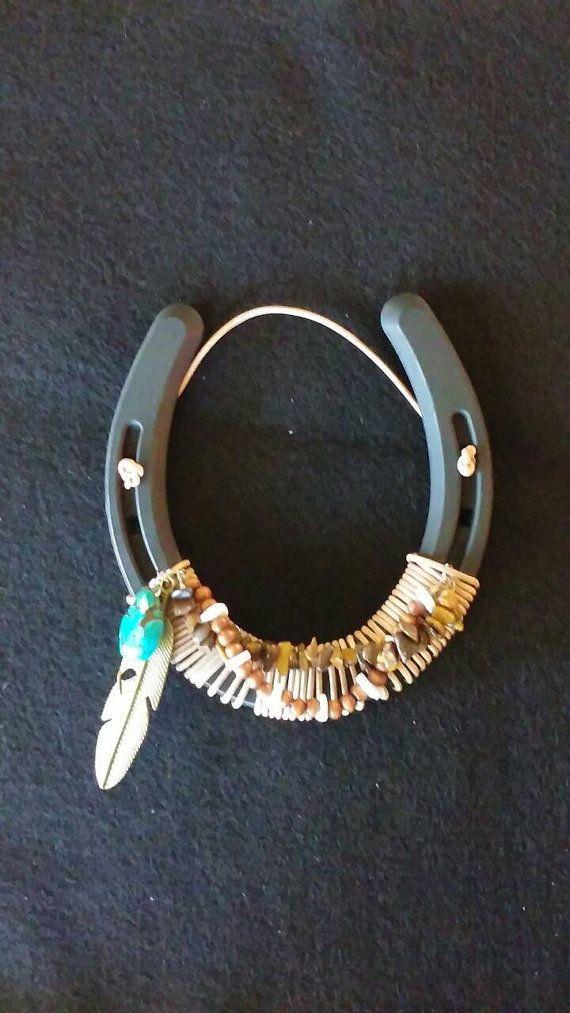 Hey, diesen tollen Etsy-Artikel fand ich bei https://www.etsy.com/de/listing/385718916/decorated-horseshoe-with-beading-and
