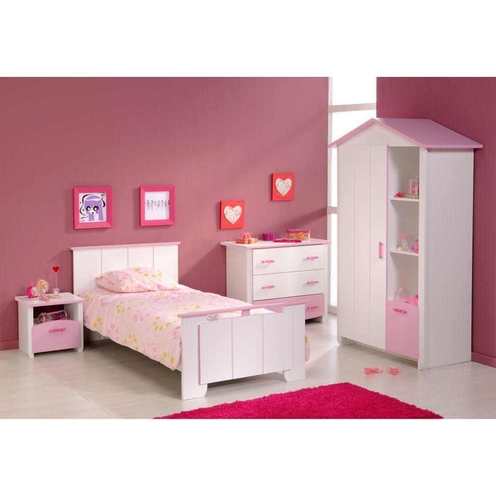 Komplettes Kinderzimmer mit Bett. Hübsches Mädchen