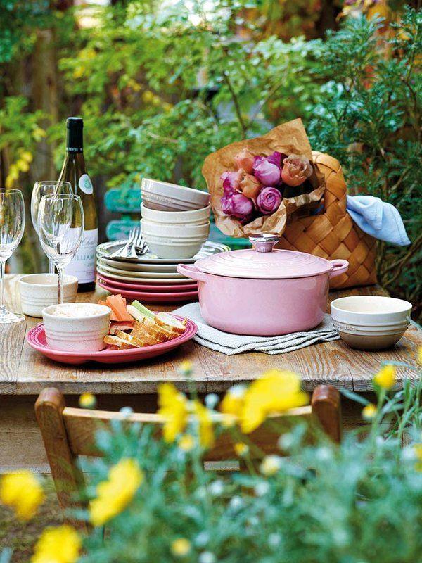 Comer al aire libre en un día soleado y adornar la mesa con flores, ya sean frescas o estampadas. La primavera culinaria y gastronómica ha llegado para quedarse.