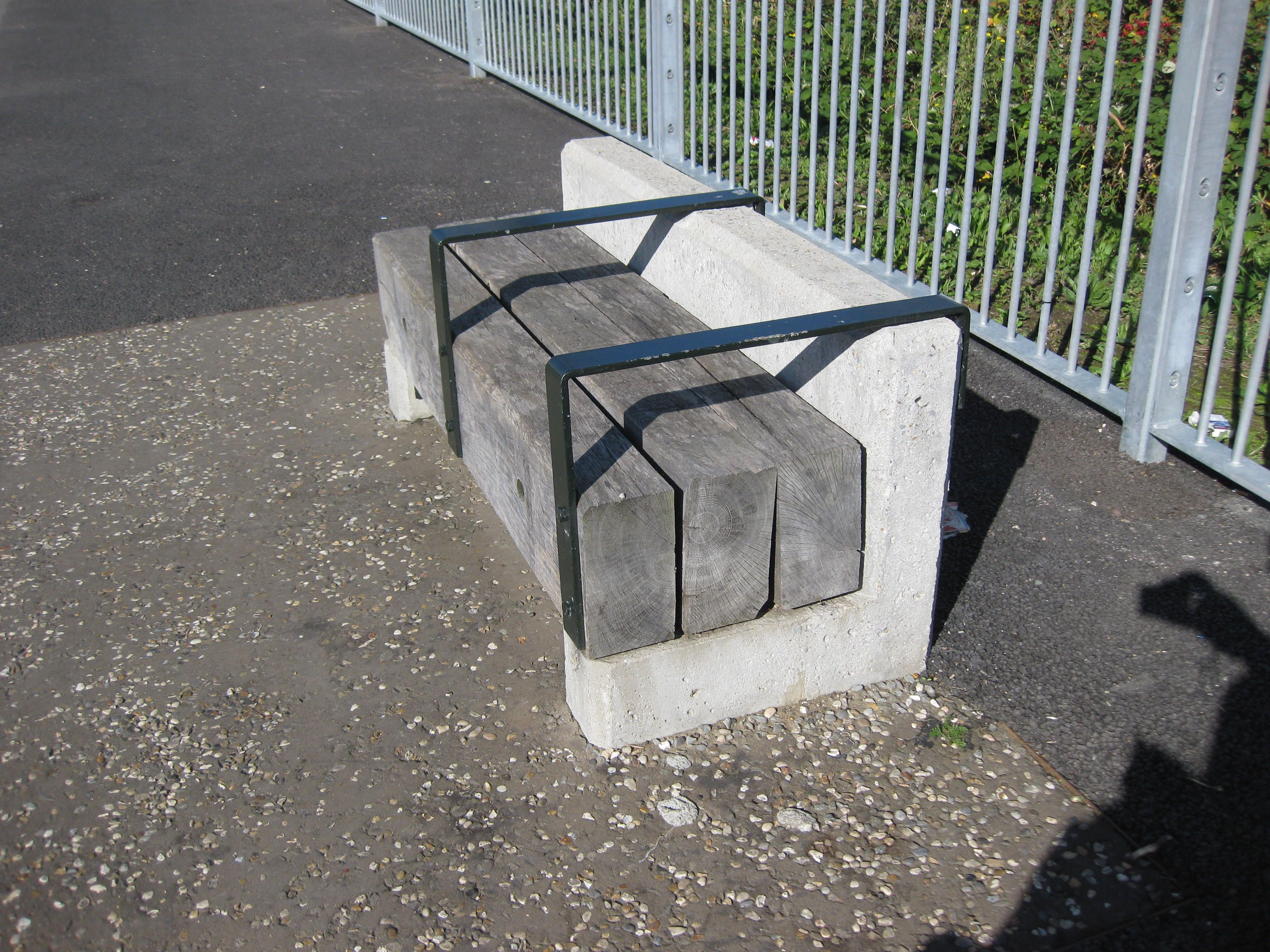Mobilier Exterieur En Beton Timber And Concrete Bench On Greenway Near West Ham