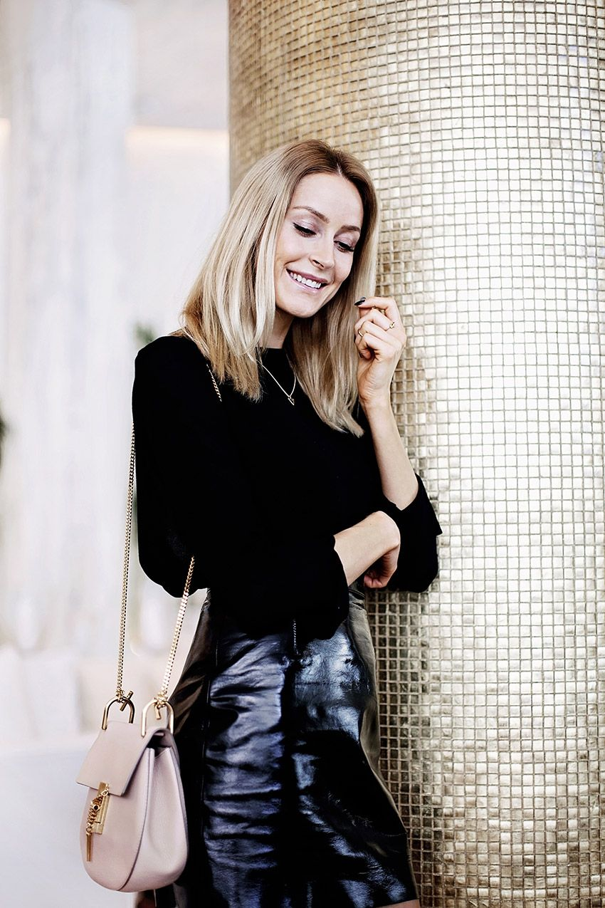 All black outfit with & Other Stories leather skirt and a pink Drew bag by Chloé - Anna Pauliina, Arctic Vanilla blog.