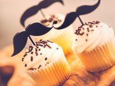 Receta de Cupcakes de Bigotes | Los mejores cupcakes de bigotes para prepararle a alguien muy especial. Puedes sorprender a papá con esta increíble idea en el día del padre.